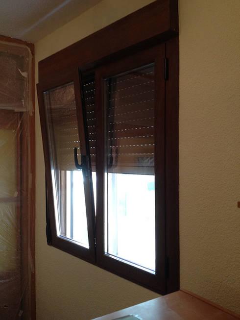 Carpinterias de aluminio con rotura de puente termico, compacto persiana monobloc y doble acristalamiento Guardian Sun inteligente: Puertas y ventanas de estilo moderno de AtelierBas. Arquitectura y Construcción
