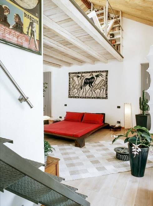 la casa serra: Camera da letto in stile in stile Eclettico di orlandini design sas