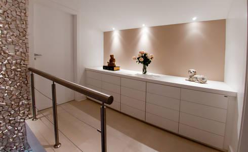 Projeto arquitetônico de interiores para residencia unifamiliar. (Fotos: Lio Simas): Corredores e halls de entrada  por ArchDesign STUDIO