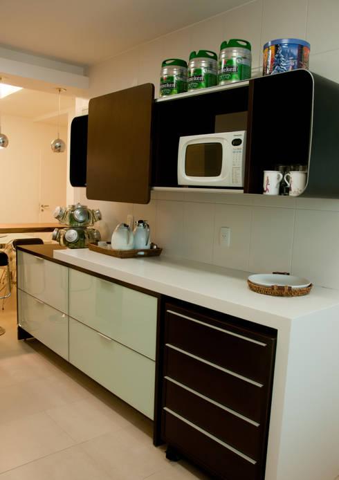 Projeto arquitetônico de interiores para residencia unifamiliar. (Fotos: Lio Simas): Cozinhas ecléticas por ArchDesign STUDIO