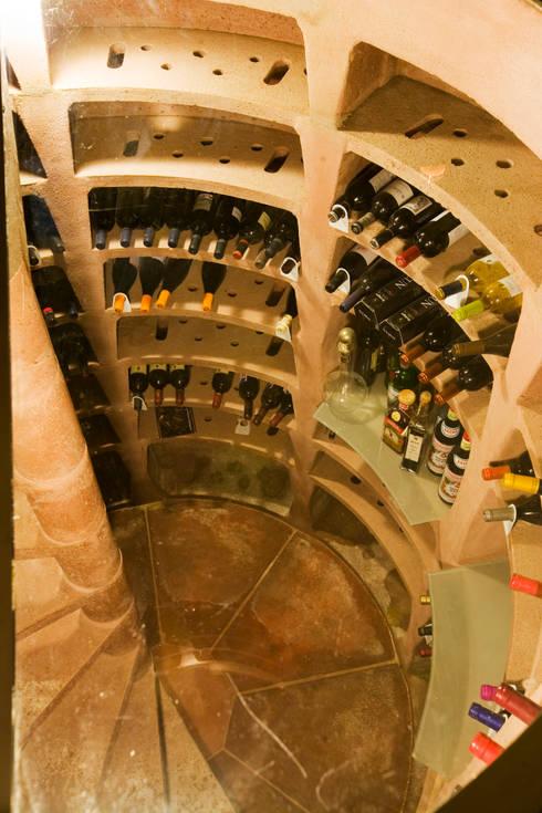 Cave à vin de style de style Rustique par IPUNTO INTERIORISMO