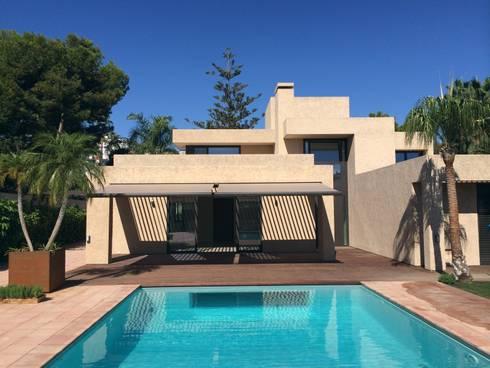 Porche: Casas de estilo moderno de saz arquitectos