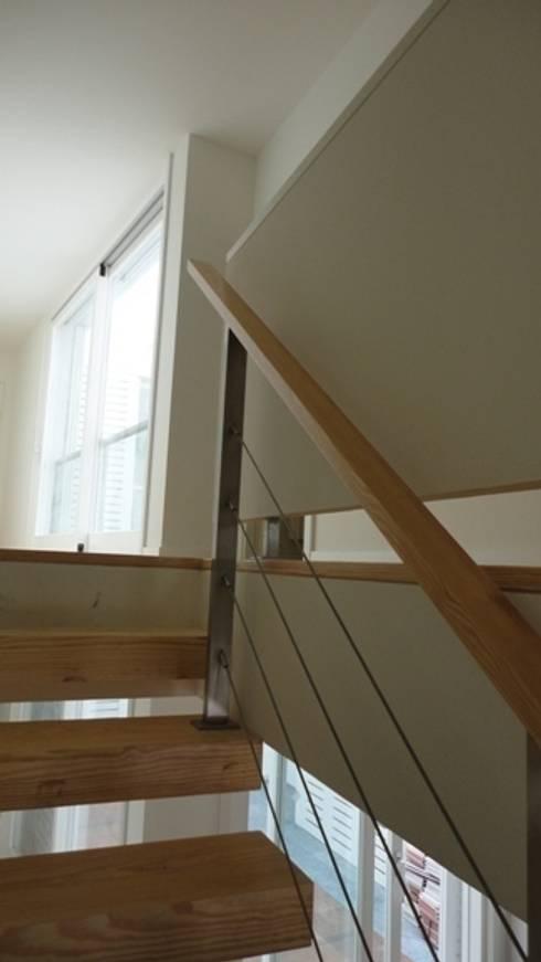 Pormenor da escada: Corredores e halls de entrada  por GAAPE - ARQUITECTURA, PLANEAMENTO E ENGENHARIA, LDA