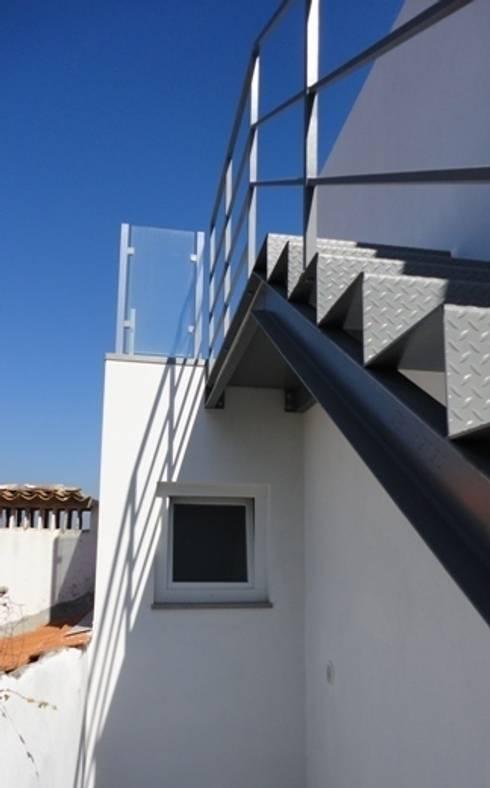 Escada exterior: Corredores e halls de entrada  por GAAPE - ARQUITECTURA, PLANEAMENTO E ENGENHARIA, LDA
