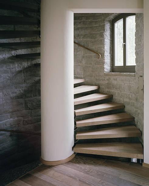 Die Innentreppe im Rundturm:  Flur & Diele von Lando Rossmaier Architekten AG
