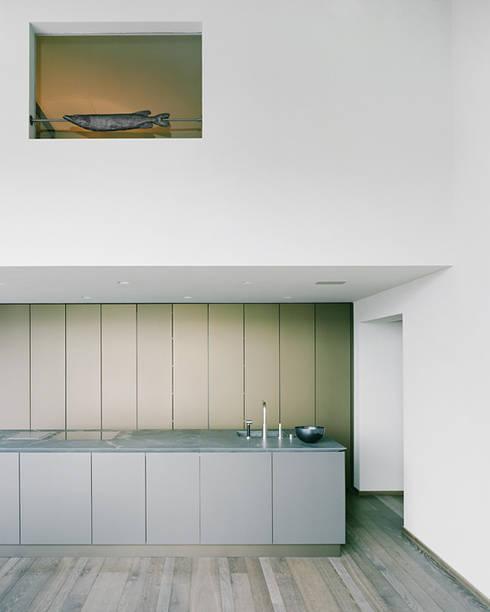 Das Schlafzimmer über der Küche:  Küche von Lando Rossmaier Architekten AG