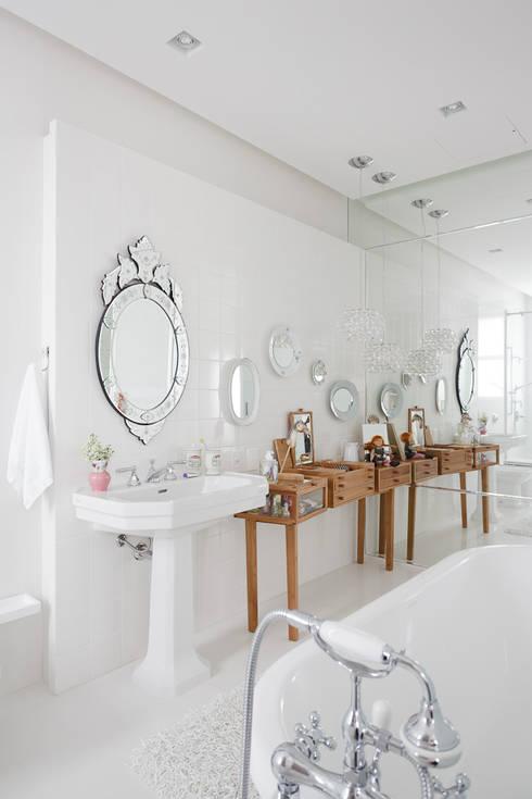 Apartamento da Colecionadora: Banheiros  por Consuelo Jorge Arquitetos