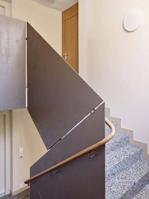 Projekty,  Korytarz, przedpokój zaprojektowane przez fiktiv Architektur GmbH