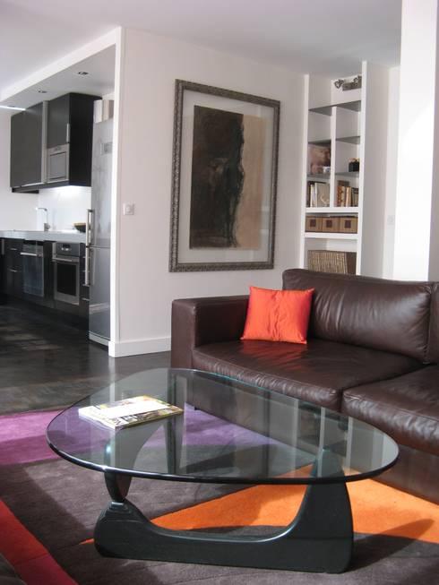 un appartement des années 70 revu et corrigé: Salon de style de style Moderne par espaces & déco