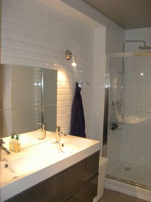 un appartement des années 70 revu et corrigé: Salle de bains de style  par espaces & déco