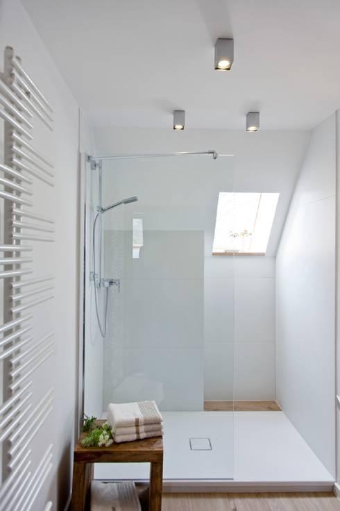 Baños de estilo moderno de INNENARCHITEKTUR BAKENHUS