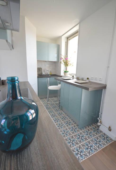 cuisine bleu acier vintage carreaux de ciment par. Black Bedroom Furniture Sets. Home Design Ideas