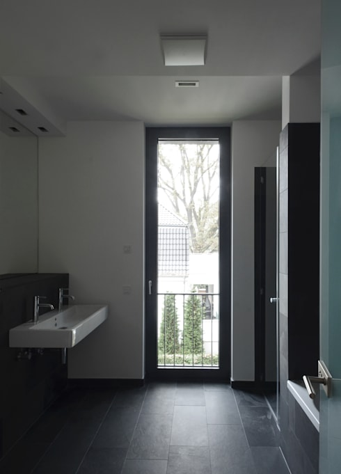 Badezimmer Obergeschoss: moderne Badezimmer von SHSP Architekten Generalplanungsgesellschaft mbH