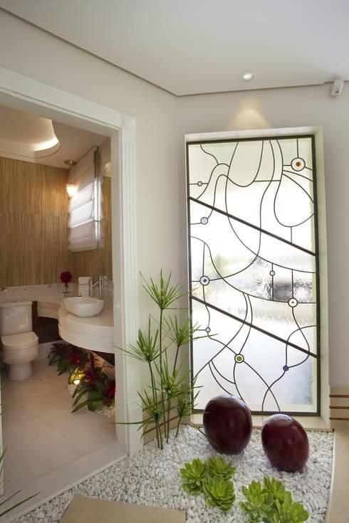 Casa Mercury: Banheiros modernos por Arquiteto Aquiles Nícolas Kílaris