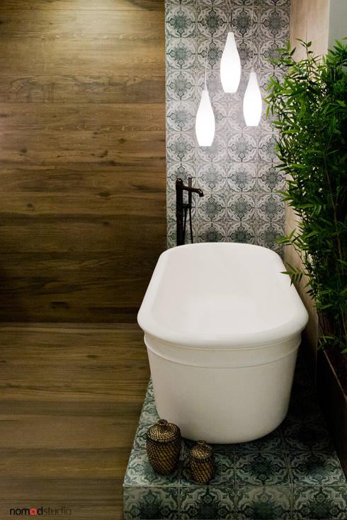 Bagno in stile in stile Rustico di nomad studio