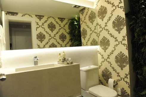 Apartamento elegante a beira mar: Banheiros coloniais por Bruna Zappelini Arquitetura