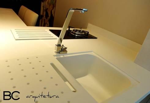 Apartamento elegante a beira mar: Banheiros clássicos por Bruna Zappelini Arquitetura