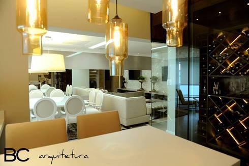 Apartamento elegante a beira mar: Salas de estar clássicas por Bruna Zappelini Arquitetura