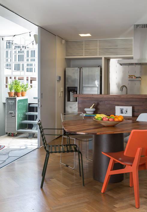 Residencia da Esquina: Salas de jantar tropicais por SALA2 arquitetura e design