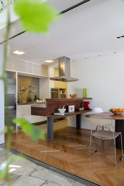Residencia da Esquina: Cozinhas tropicais por SALA2 arquitetura e design