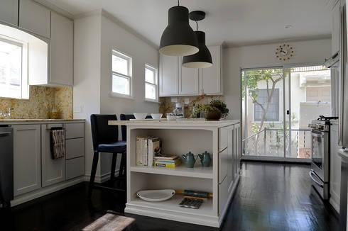Rejuvenation Project, Los Angeles CA 2014: Cocinas de estilo ecléctico por Erika Winters® Design