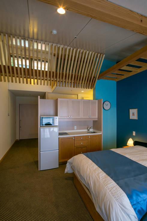 シングルの住室: 有限会社加々美明建築設計室が手掛けた寝室です。