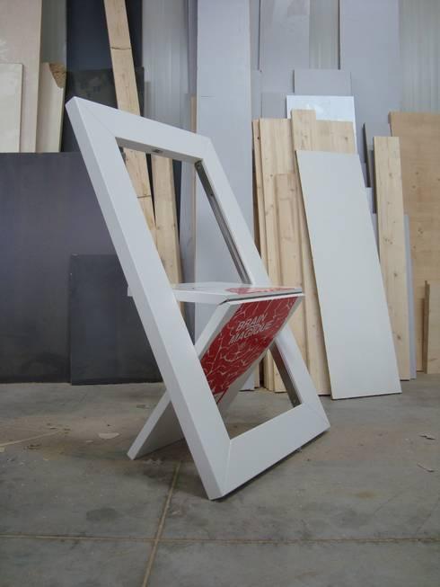 Salones de estilo moderno de deZign Studio