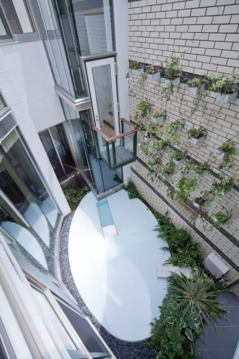 Jardines de estilo ecléctico de 有限会社加々美明建築設計室