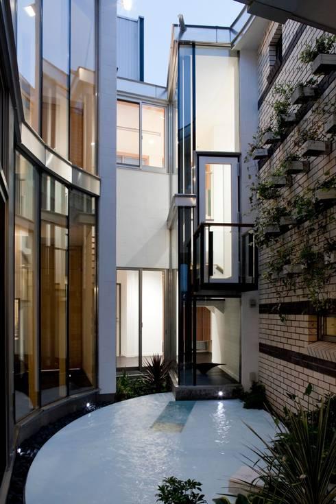 水床の水盤: 有限会社加々美明建築設計室が手掛けた庭です。