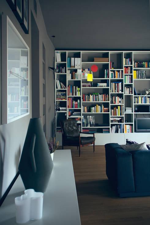 house#01 soggiorno: Soggiorno in stile  di andrea rubini architetto
