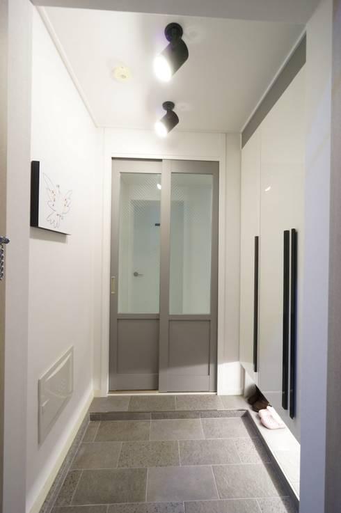 Pasillos y recibidores de estilo  por 유노디자인