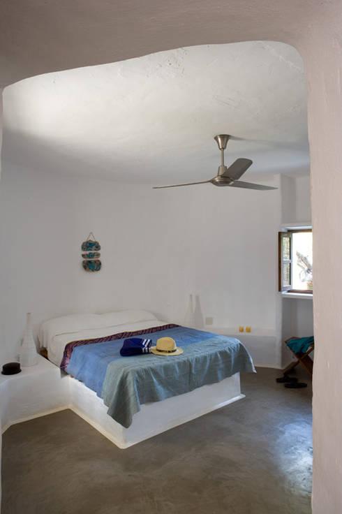 Casa Punta Rasa: Dormitorios de estilo mediterráneo de Deu i Deu