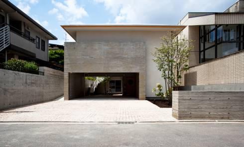 深い軒のある和モダンの外観: 根岸達己建築室が手掛けた家です。