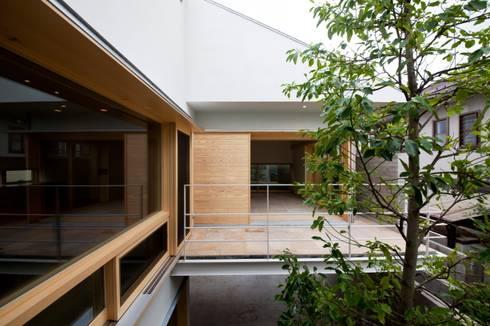 中庭とシンボルツリー: 根岸達己建築室が手掛けた庭です。
