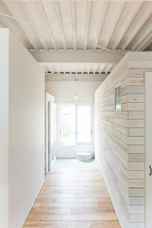 MIYAHARA-U: 建築設計事務所 可児公一植美雪/KANIUE ARCHITECTSが手掛けた廊下 & 玄関です。
