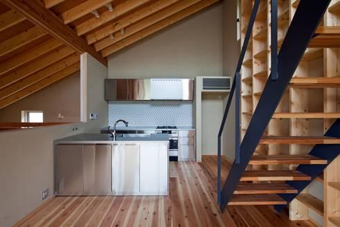 「ごはんができたよ」って吹抜けから家族に声をかける司令塔キッチン: 根岸達己建築室が手掛けたキッチンです。