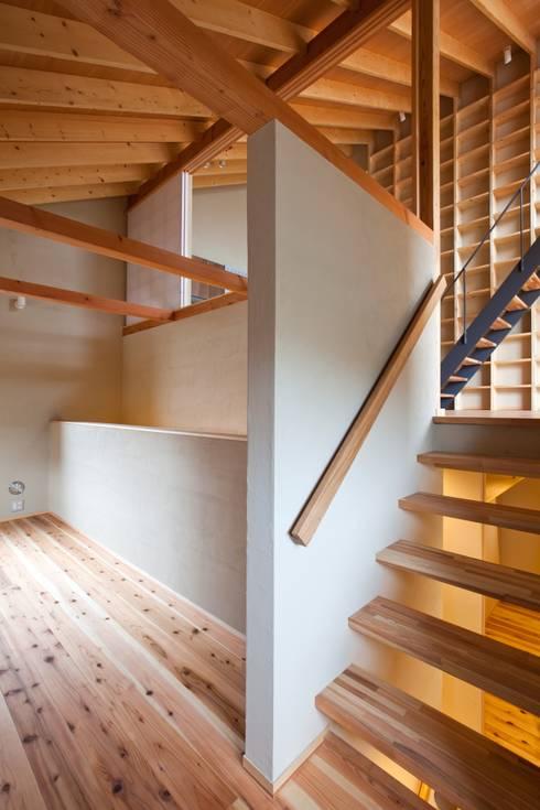 スキップフロアでタテ・ヨコ・ナナメが繋がります!: 根岸達己建築室が手掛けた書斎です。
