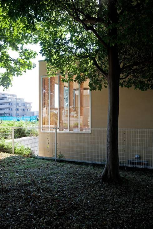 公園の緑を拝借!: 根岸達己建築室が手掛けた家です。