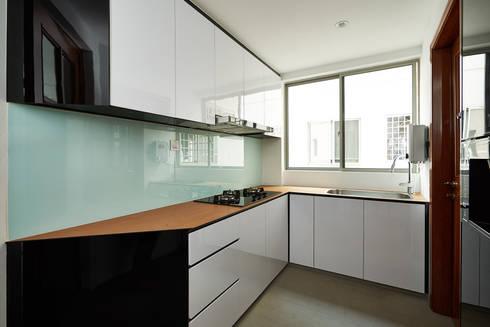The Bayshore: modern Kitchen by Eightytwo Pte Ltd