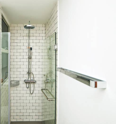 The Bayshore: minimalistic Bathroom by Eightytwo Pte Ltd
