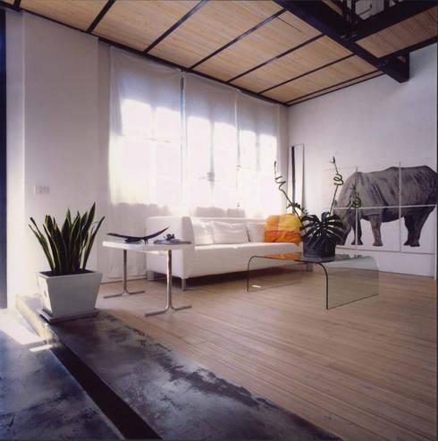 loft gemelli: Soggiorno in stile in stile Industriale di antonio maria becatti architetto