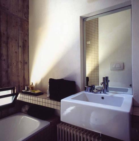 loft gemelli: Bagno in stile in stile Industriale di antonio maria becatti architetto