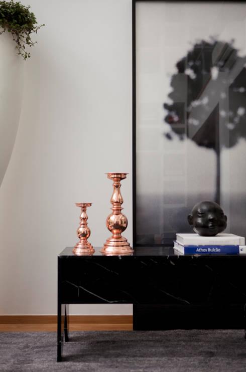 Casa do Itaim: Sala de estar  por Consuelo Jorge Arquitetos