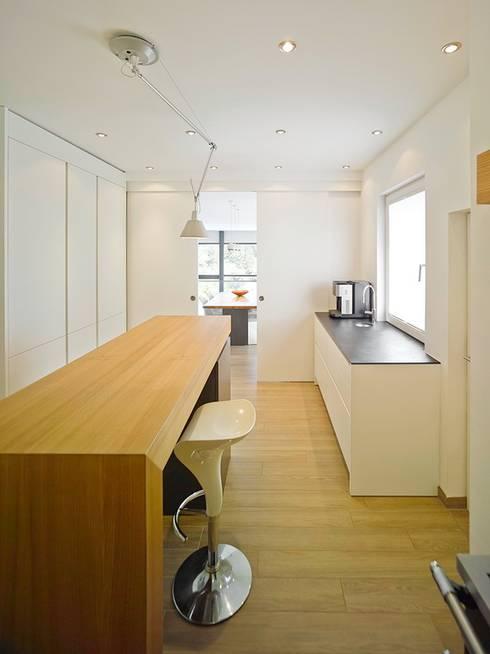 Haus mit Blick in die Weinberge und Pool: moderne Küche von Rosenberger + Neidhardt