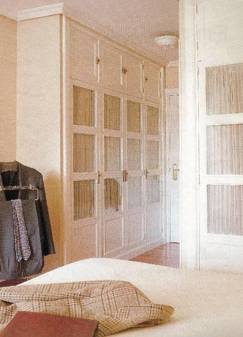 Armario lacado: Dormitorios de estilo moderno de PACO SANTACREU, S.L.