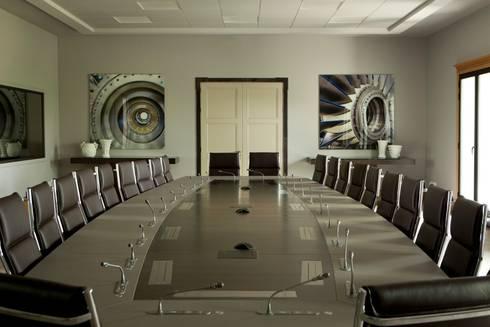 Mesa de juntas barnizada y lacada: Oficinas y tiendas de estilo  de PACO SANTACREU, S.L.
