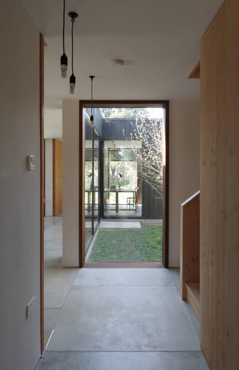 Corridor & hallway by Dow Jones Architects
