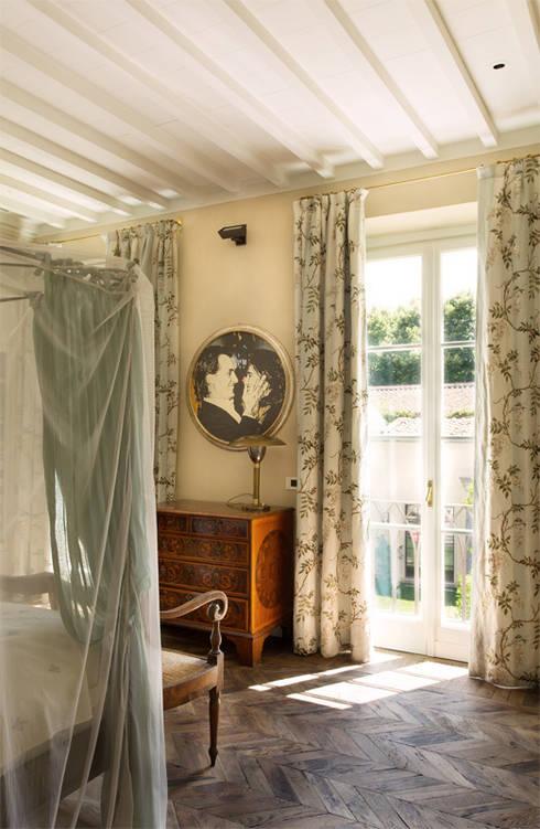 S.Monaca Townhouse: Camera da letto in stile in stile Eclettico di Luigi Fragola Architects