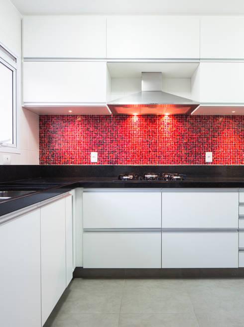 Cozinha vermelha: Cozinhas ecléticas por ArkDek
