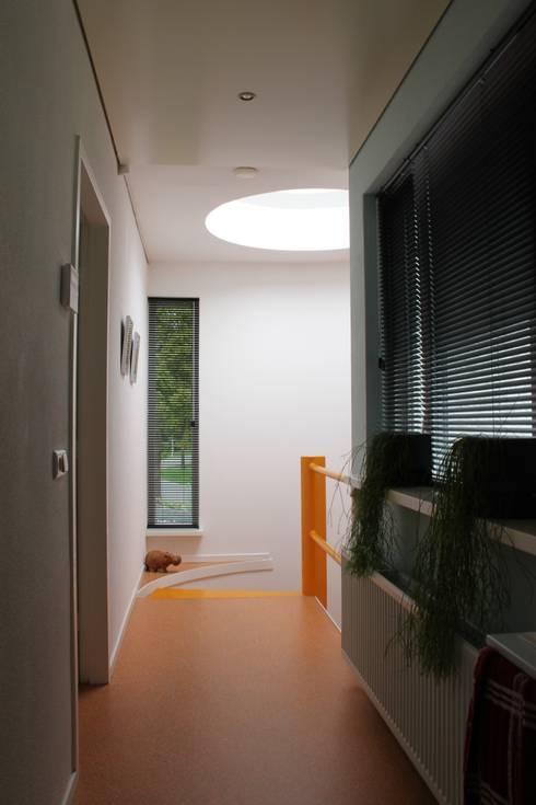 woonhuis met ronde woonkamer en ronde optopping: moderne Huizen door mickers architectuur